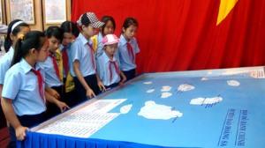Các em học sinh tìm hiểu bản đồ hành chính huyện đảo Hoàng Sa. Ảnh: HC