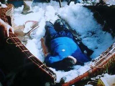 Hình: Ngư dân bị hải quân Trung Quốc cướp của và thảm sát trong vịnh Bắc Việt. Thi thể được ướp đá trong một thúng chài để mang về cho gia đình - A fisherman was robbed and murdered by Chinese Communist naval forces in the Gulf of Tonkin. His body was stuffed in a fishing basket of ice and brought back to his family home.