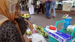 Người nghèo kiếm sống ở đô thị (ảnh chụp trên đường Lê Lợi, Q.1, TP.HCM sáng 19-12) - Ảnh: N.C.T.