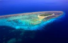 Đặc điểm nổi bật của quần đảo Hoàng Sa là những đảo san hô vào loại lớn. Toàn bộ quần đảo  trải trên một diện tích khoảng 15.000 km vuông trên mặt biển