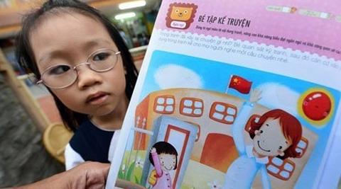 Nhiều sách tham khảo cho học sinh Việt Nam bị phát hiện in cờ... Trung Quốc. Ảnh: Tuổi trẻ