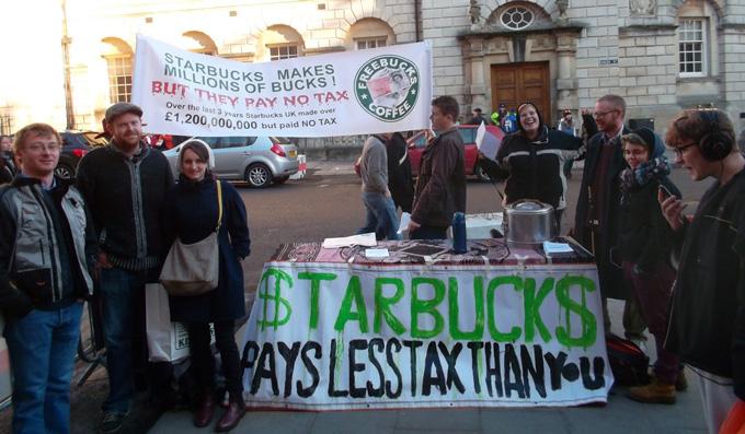 Người dân Anh phản đối Starbucks khắp các đường phố London vì cho rằng công ty này kiếm được hàng tỉ bảng Anh nhưng chẳng đóng đồng thuế nào - Ảnh: thiisbath.co.uk