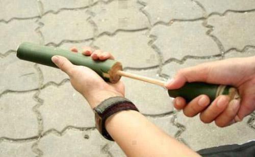 """Súng phốc làm từ ống tre nhỏ. Cho quả xoan non hoặc giấy vụ vo trò vào làm """"đạn"""" bắn đau điếng, """"tức muốn chết""""!"""