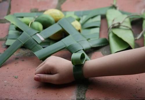 Đồng hồ tự chế từ lá dứa, cũng có nhiều nơi làm bằng lá dừa