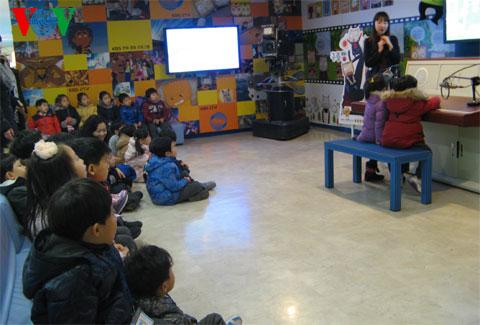 Một buổi học thực tế làm phát thanh viên của trẻ em Hàn Quốc tại Đài KBS