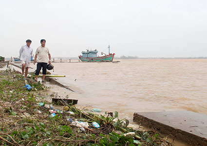 Nhiều đoạn kè chống sạt lở bờ sông Bắc Cửa Việt bị hư hỏng nặng