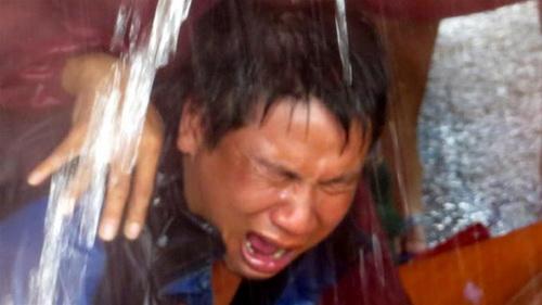 Người thân đau đớn khi tìm thấy thi thể cô giáo Nguyễn Thị Lộc bị lũ cuốn ở thôn Thanh Bình 3, xã Hưng Trạch, huyện Bố Trạch, tỉnh Quảng Bình - Ảnh : Quốc Nam