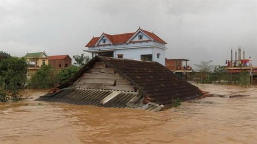 Một ngôi nhà ở thôn Thanh Sen, xã Phúc Trạch, Bố Trạch, Quảng Bình bị lũ ngập đến mái - Ảnh: Quốc Nam
