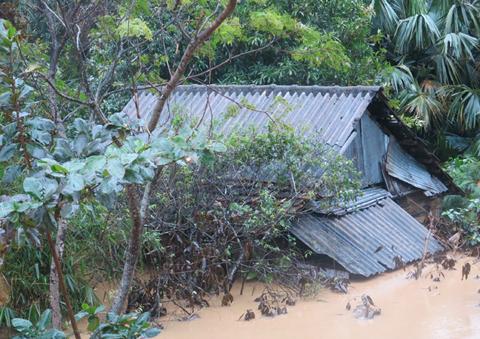 Lũ quét kéo dài từ 3-5 giờ sáng 16/10 gây thiệt hại nặng cho huyện Minh Hóa. Hàng nghìn nhà dân bị ngập sâu dưới nước. Ảnh: Báo Quảng Bình.