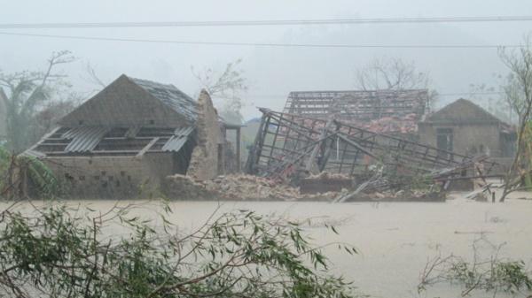 Những căn nhà bị đổ sập do lốc, chìm trong lũ ở xã Quảng Sơn, huyện Quảng Trạch (Quảng Bình) - Ảnh: LAM GIANG