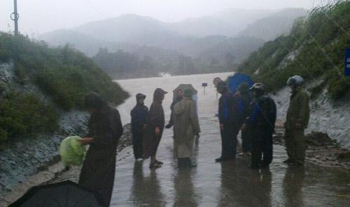 Lực lượng chức năng PCLB Quảng Trị đang tác chiến chống bão, lũ ngoài hiện trường