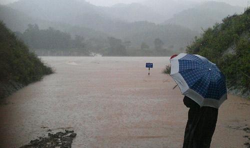 Nước dâng cao trên cầu tràn ở sông Đắk Rông (xã Ba Lòng) đã vượt mặt đường 3 m