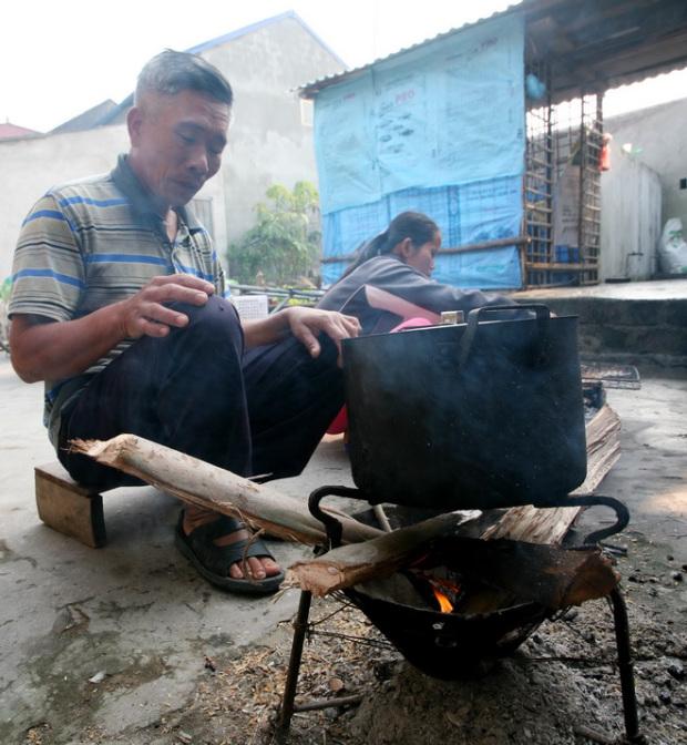 Ông Hào và bữa cơm nấu ở góc sân.