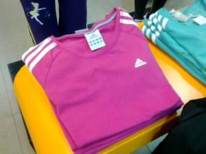 Một sản phẩm áo trẻ em có xuất xứ Trung Quốc của thương hiệu Adidas bày bán ở Việt Nam