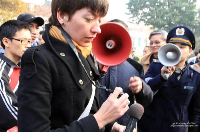 Những loa phường chỉa vào mặt một nhà báo nước ngoài