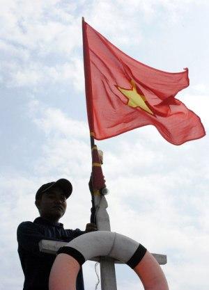 Ngư dân Đặng Phước được giao chuẩn bị Quốc kỳ cho mỗi chuyến ra khơi - Ảnh: Trần Mai