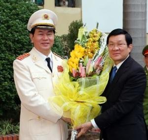 Bộ trưởng Bộ Công an Trần Đại Quang thay mặt Đảng ủy Công an Trung ương, lãnh đạo Bộ và toàn thể tướng lĩnh, cán bộ, chiến sĩ Công an nhân dân tặng hoa Chủ tịch nước Trương Tấn Sang.
