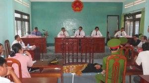 Tòa làm việc căng thẳng, trong khi bị cáo nằm ngủ trước vành móng ngựa - Ảnh: Quế Hà