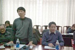 2 nghệ sĩ nhiếp ảnh Vũ Quốc Khánh (trái) và Vũ Huyến đều cho rằng quyết định của Bộ GD&ĐT chưa phù hợp với thực tế. Chỉ có bằng cử nhân tại Đức, nhưng họ đều là giảng viên lâu năm trong ngành nhiếp ảnh