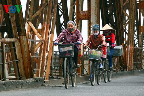 Cầu Long Biên - đường về nhà của những người lao động nghèo