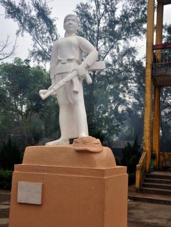 Tượng anh hùng Hoàng Thị Hồng  Chiêm