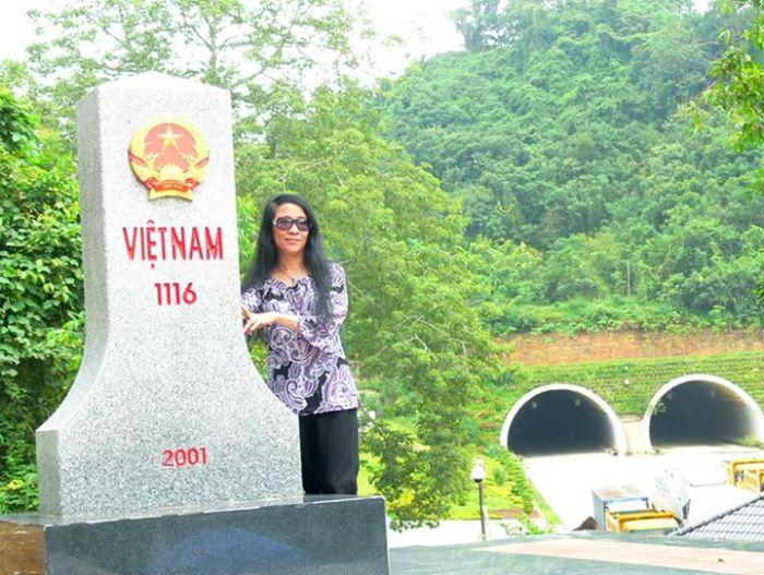 Bia chủ quyền Việt Nam ở Lạng Sơn. Phía dưới là đất Trung Quốc, với đường hầm xây quy mô và xe cộ ra vào nườm nượp.