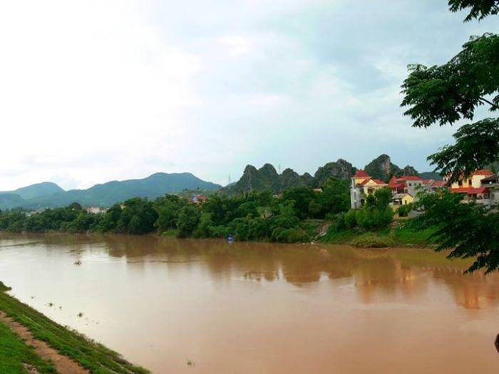 Thành phố Lạng Sơn và sông Kỳ Cùng, nhìn từ quốc lộ Một.