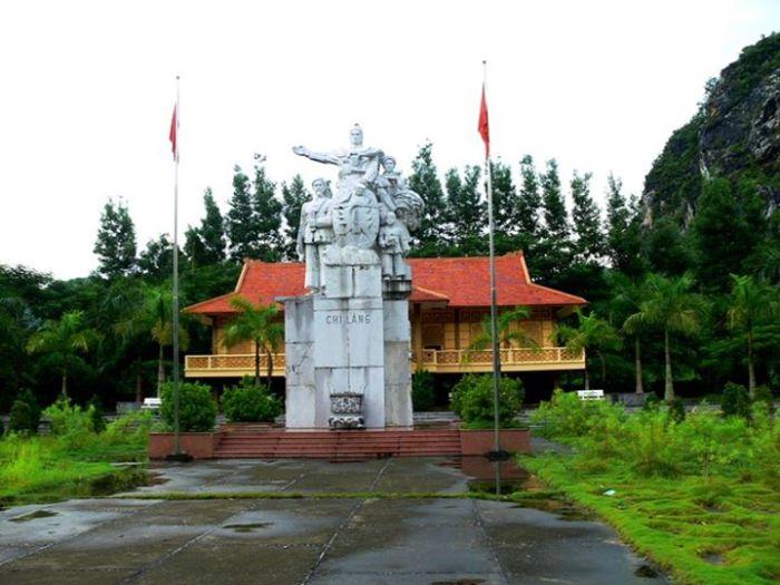 Tượng đài trên ải Chi Lăng, bên tay phải đường lên xứ Lạng.