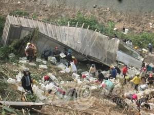 Thùng container chở hàng bị người dân quây kín hôi của.