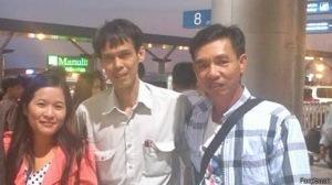 Ts Phạm Chí Dũng ( ở giữa) cùng người thân tại sân bay