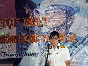 Thiếu úy Trần Thị Thủy, con gái anh hùng liệt sĩ Trần Văn Phương, xúc động phát biểu tại buổi họp mặt.