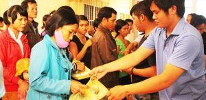 nhóm tình nguyện Nhân ái trao các xuất cơm cho người nhà các bệnh nhân nghèo