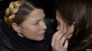 Lãnh tụ đối lập Yulia Tymoshenko (trái) ôm con gái Yevgenia tại sân bay in Kyiv sau khi bà được phóng thích, ngày 22 tháng 2, 2014.