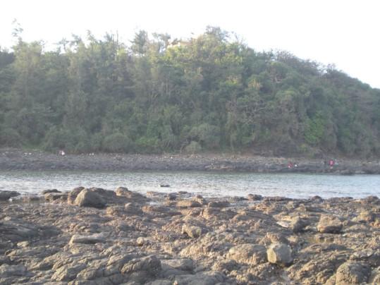 Bãi đá dài nhìn lên Trạm đèn biển Ba Làng An.