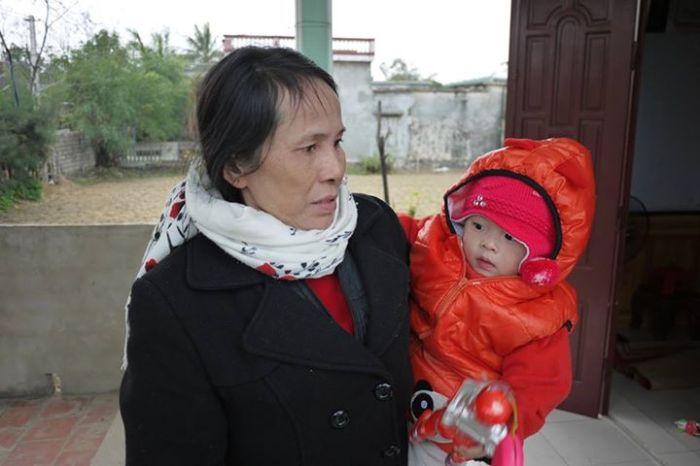 Chị Cao Thị Bình và cháu ngoại.