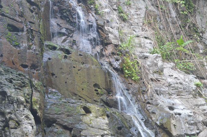 Nước suối chảy róc rách luồn qua các hốc đá