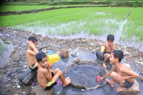 """Trẻ con thôn Hà Bắc thích thú khi """"tắm nước nóng giữa đồng"""""""