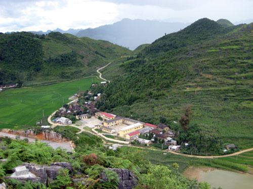 Trung tâm xã Lũng Cú nhìn từ cột cờ Lũng Cú