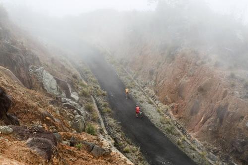 Hai cuarơ dắt bộ xe trên cao độ 1.500m đỉnh Hòn Bà