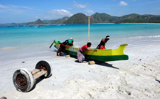 Một góc đảo Lombok với chiếc thuyền đặc trung của người dân nơi đây