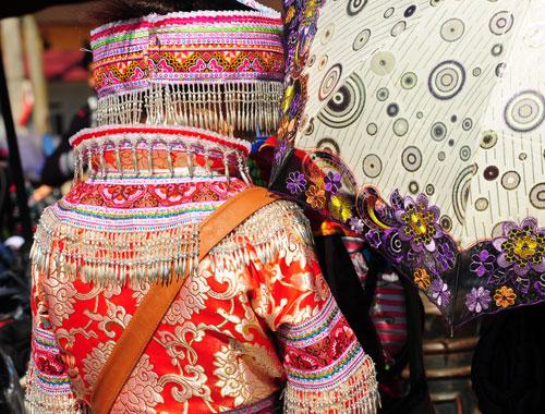 Thường trang phục của người Mông sẽ lấy gam đỏ làm chủ đạo. Ngày nay, nhiều thiếu nữ Mông thường mua những bộ trang phục được bày bán sẵn