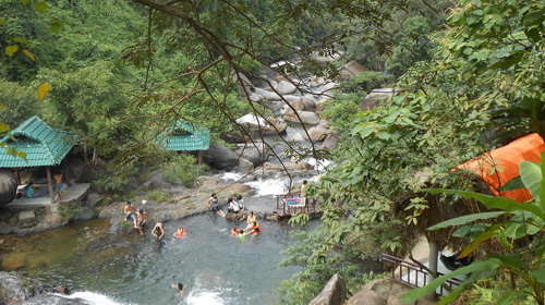 Du khách vui chơi, tắm mát giữa thiên nhiên mát lành