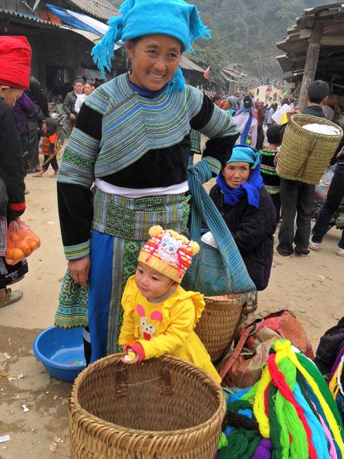 Mẹ con chị Sán hằng tuần cùng nhau đến chợ