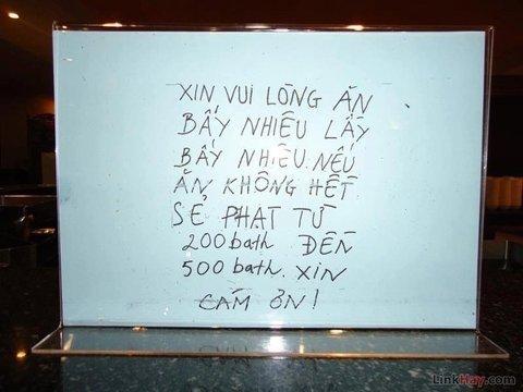 Một tấm biển khác tại nhà hàng buffet Thái Lan được viết bằng tiếng Việt, nhắc nhở thực khách Việt Nam chừng mực trong ăn uống
