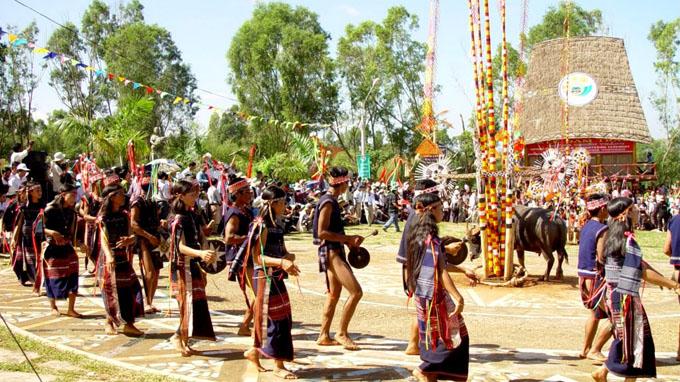 Lễ hội đâm trâu được tái hiện trong một lễ hội ở Pleiku, Gia Lai