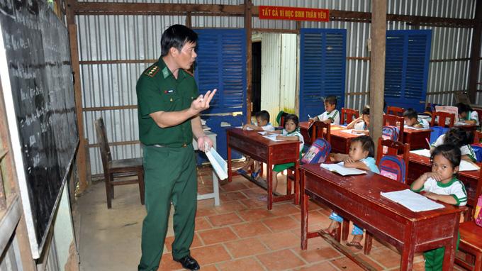 Lớp học cho các em bé ở Hòn Chuối (huyện Trần Văn Thời, Cà Mau) do thầy giáo biên phòng Trần Bình Phục đứng lớp