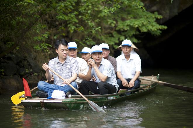 Ở những đoạn dễ di chuyển, du khách có thể thử sức chèo qua sự hướng dẫn của người lái.