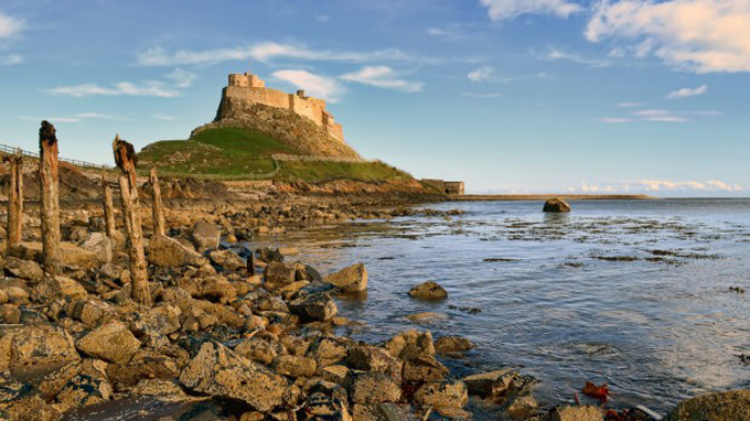 Nét cổ kính và vẻ đẹp tự nhiên vốn có làm nên sự cuốn hút của lâu đài Lindisfarne