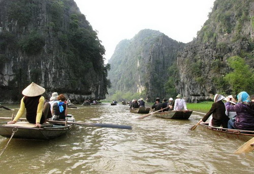 """""""Hạ Long trên cạn"""" thu hút khách du lịch bởi vẻ đẹp của dòng sông Ngô Đồng và dải lúa xanh mướt ven núi"""