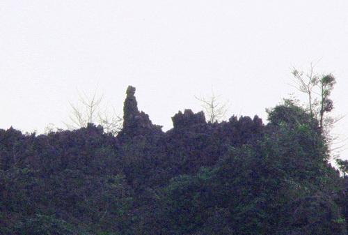 Với người dân Ninh Bình, mỏm đá có hình người này là biểu trưng của vị thần xây núi. Theo truyền thuyết, khi gánh núi đi ngang qua Tam Cốc, đòn gánh của thần đắp núi bị gãy nên hai quả núi rơi xuống bên sông. Vị thần cũng ở lại đây từ đó. Tuy nhiên đây là mỏm đá tự nhiên có hình thù đặc biệt chứ không nhờ xây, tạc nên
